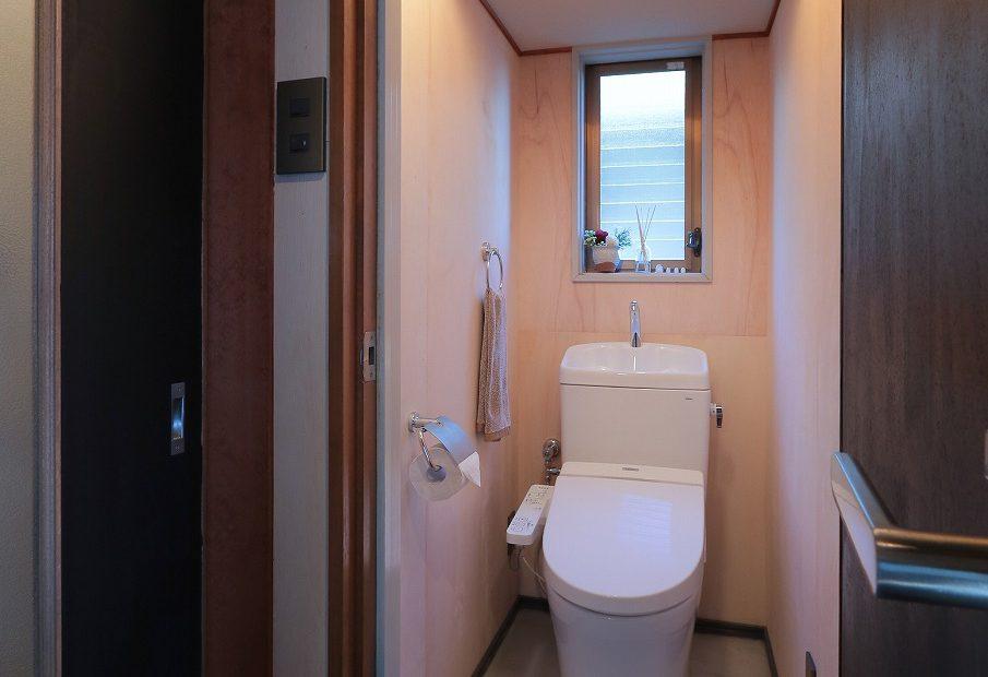 トイレ モルタルの床で引き締まった空間に。