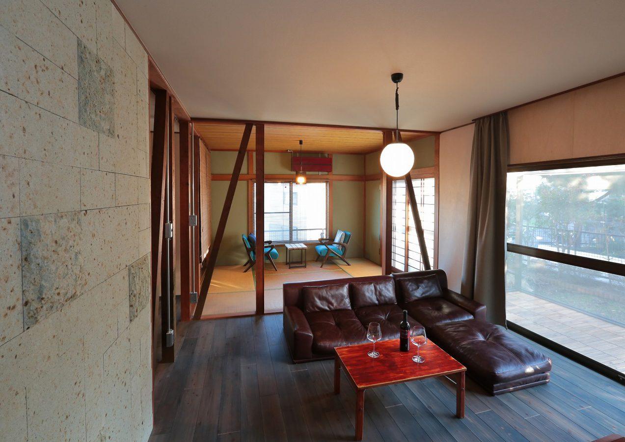 リビングと和室の間の壁は解体し柱と筋交いをあえて表に出すことで、ひとつながりの空間に