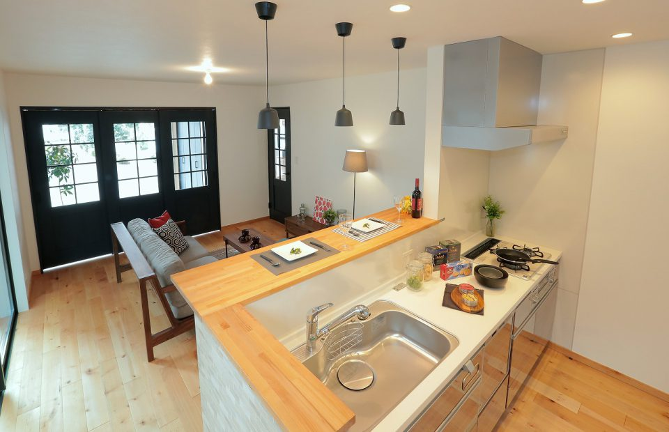 キッチンからリビング側を見る 洋室との間仕切りはガラスのため、圧迫感なく仕切れます。