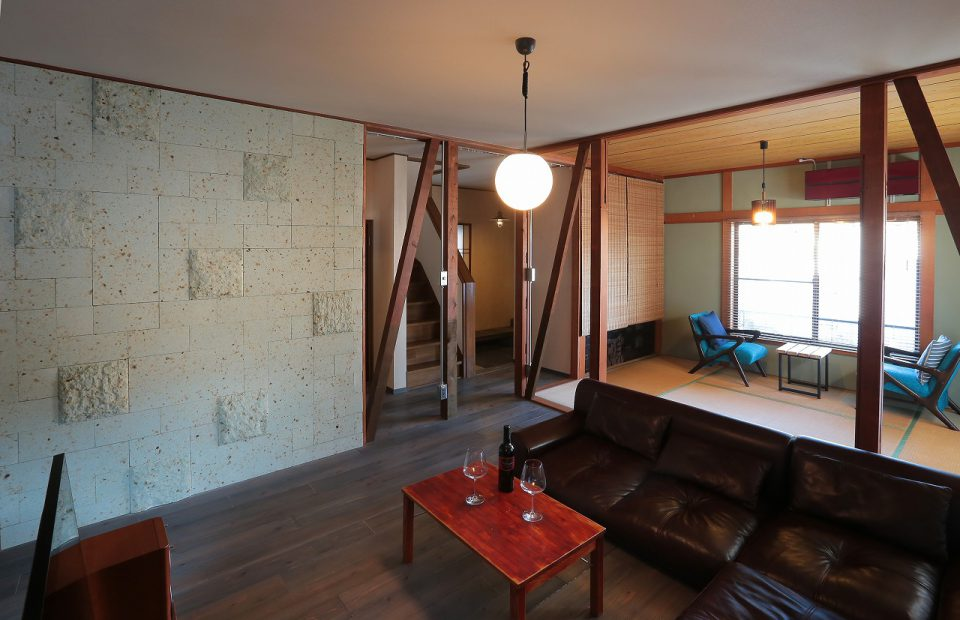 リビング 大谷石タイルの素材感が空間を引き締めます。