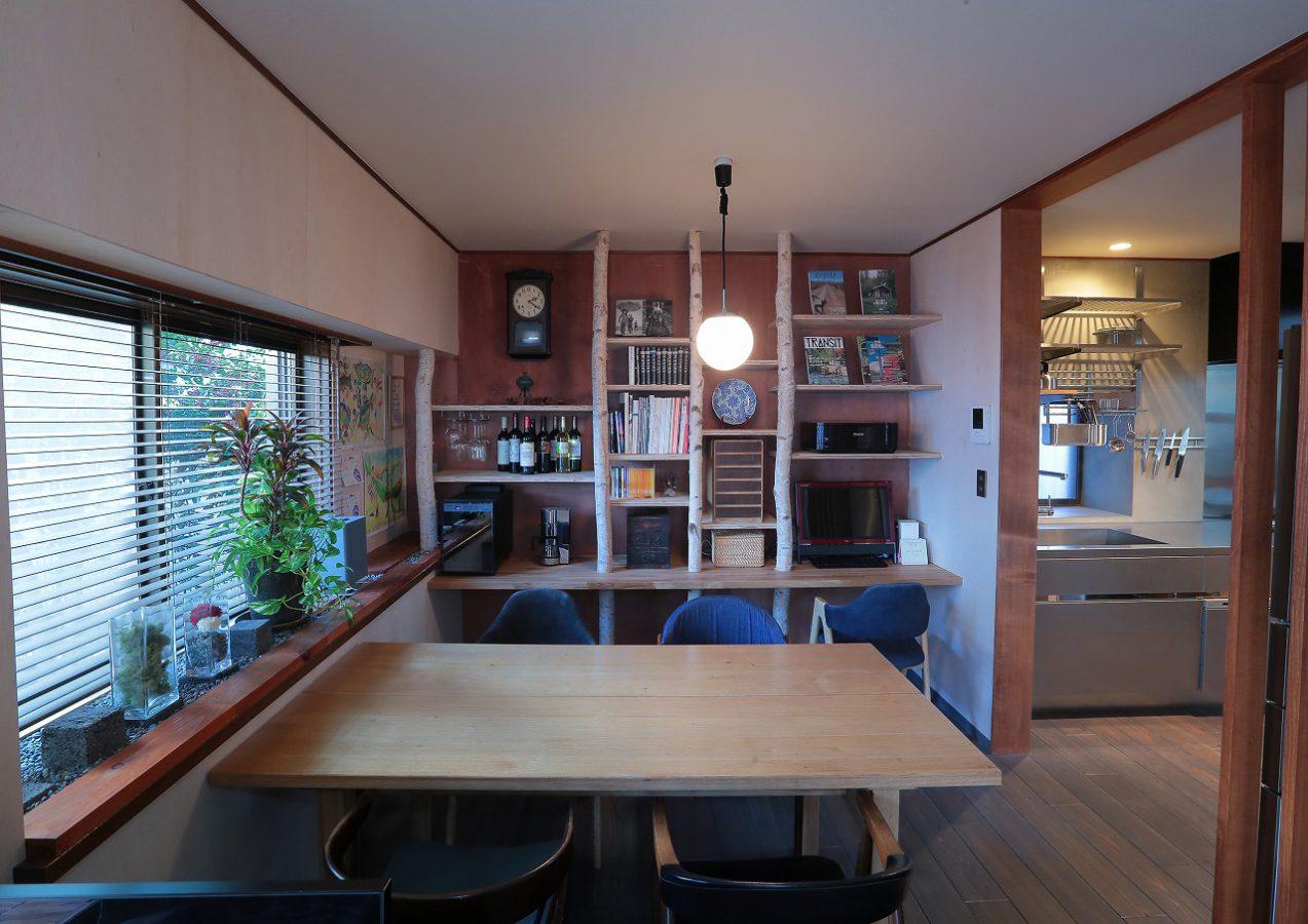 白樺の柱を使用して造作棚を製作。施主様のDIYで出窓が坪庭にアレンジされています