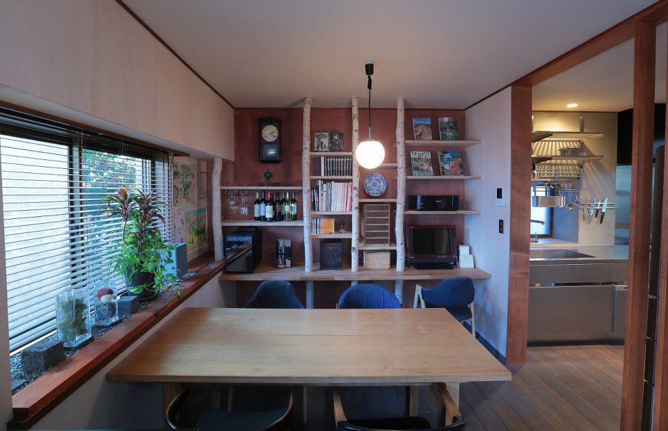 ダイニング 白樺の柱と構造用合板で造作棚を製作。施主様のDIYで出窓が坪庭にアレンジされています。