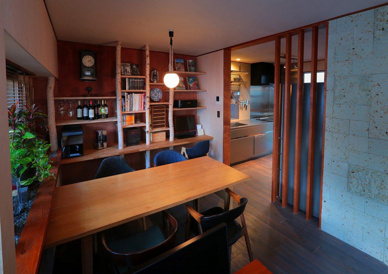 完全に間仕切るのではなく、木格子を施した半個室のダイニング。ほっと一息つける落ち着いた空間になりました
