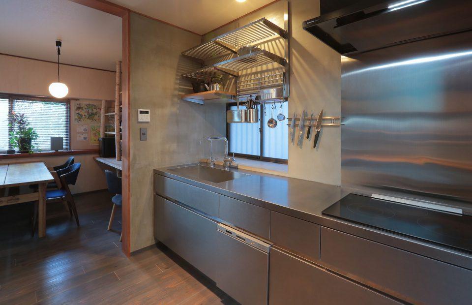 キッチン ステンレスキッチンとモルタルの壁が相性◎