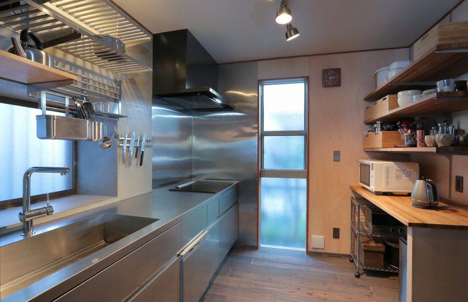 キッチン 背面収納は当社オリジナルのホワイトオーク材で造作。