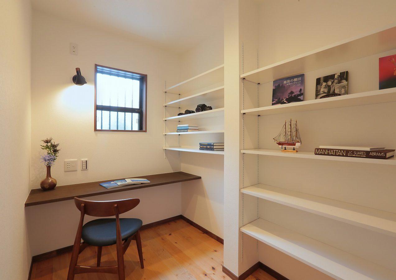 たくさんの本が収納できる書斎は趣味のじかんを存分に楽しめます