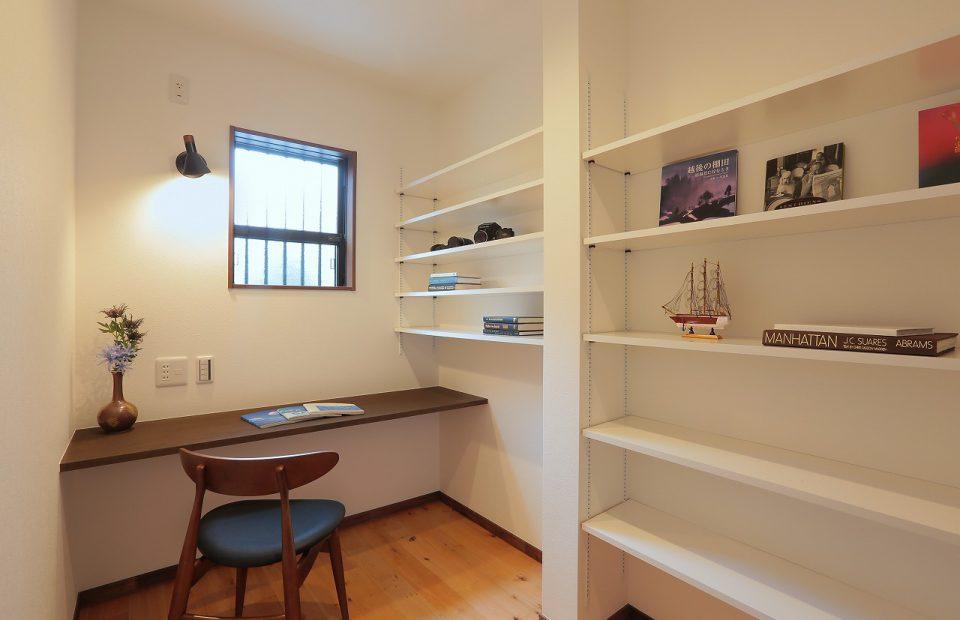 たくさんの本が収納できる書斎。落ち着いた空間です。