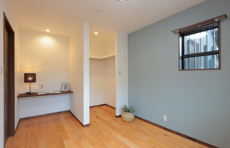 ウォークインクローゼットがある洋室。ブルーの壁紙がアクセントです。