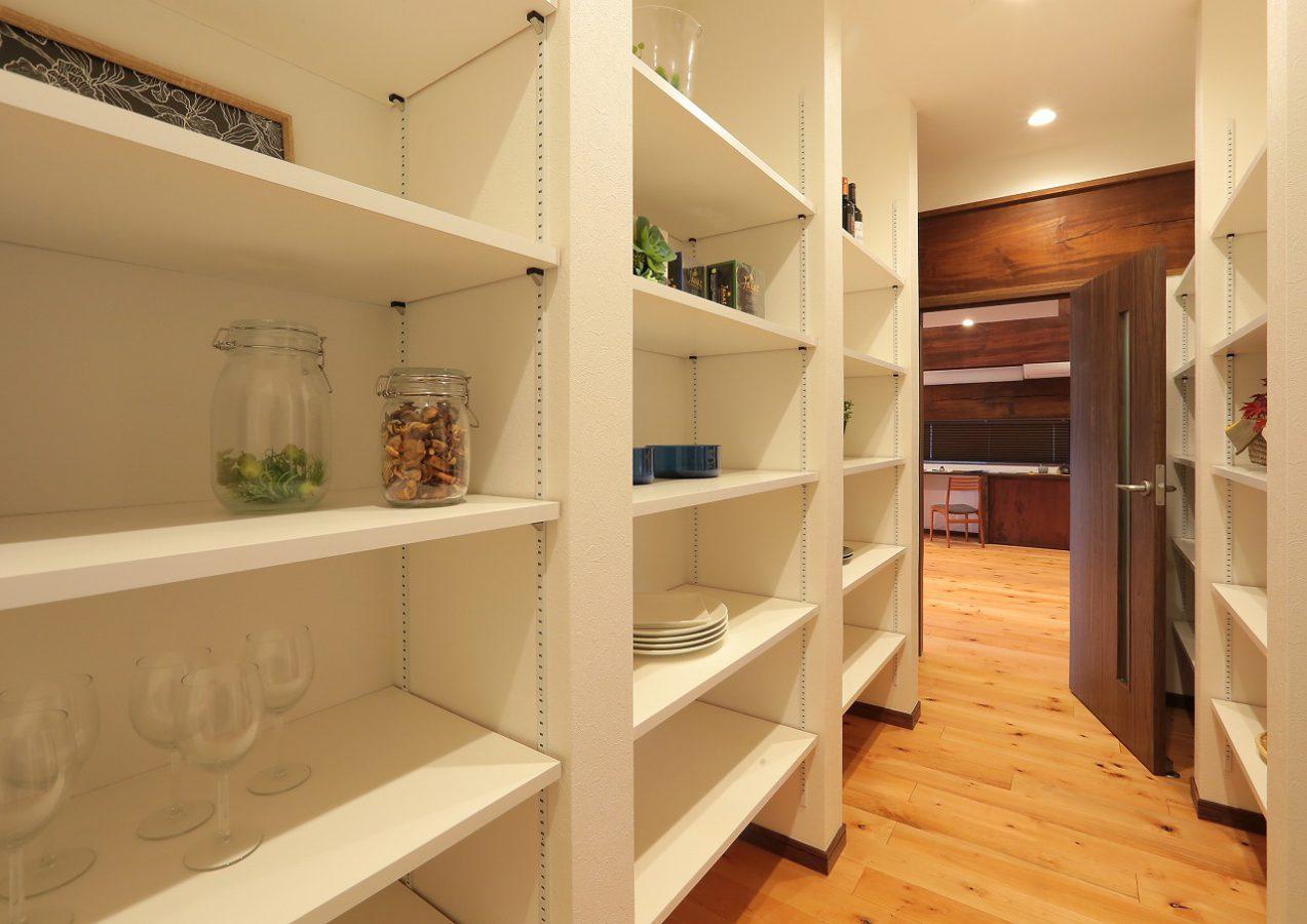 大容量のウォークインパントリーはキッチン裏に設置。使いやすさ抜群の動線です