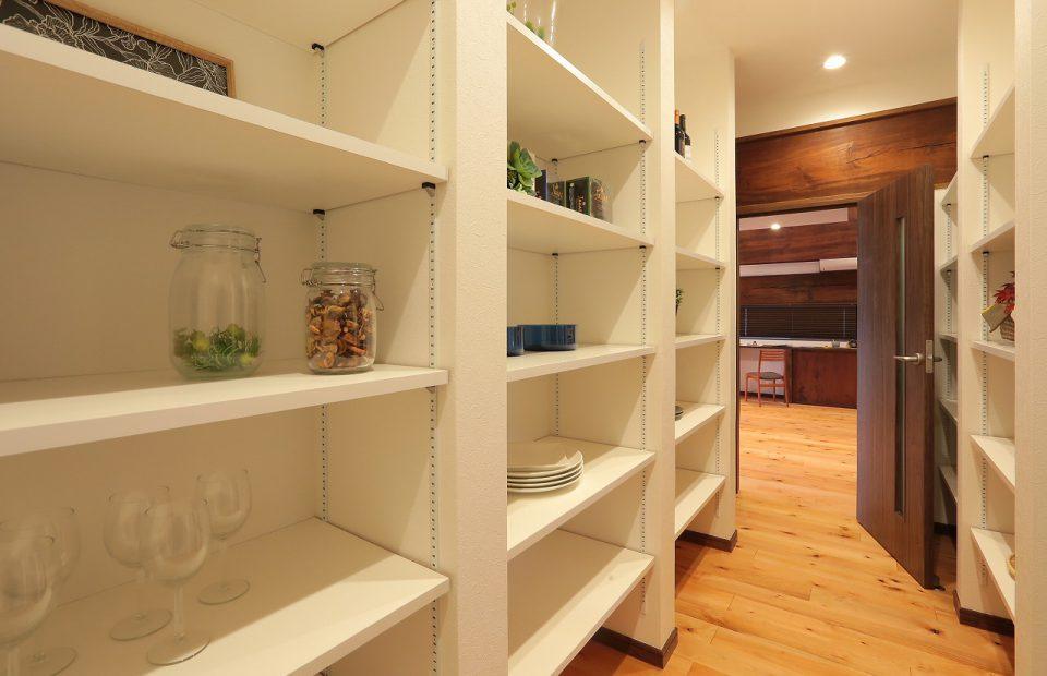 キッチン裏の大収納。ここまで広い収納はなかなかありません。