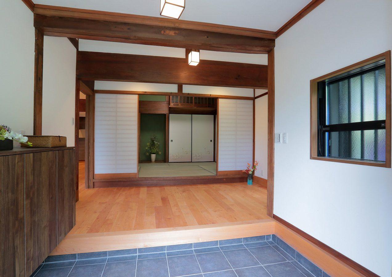広々とした玄関は堂々と格式高い趣があります
