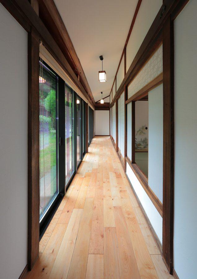 古民家に特有の長い廊下も、無垢の床に貼替えて光が注ぐ明るい空間になりました