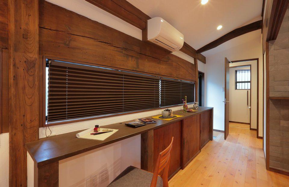 リビングにある長いカウンターはデスクも兼ねてます。下部の収納扉は古材を再生利用。