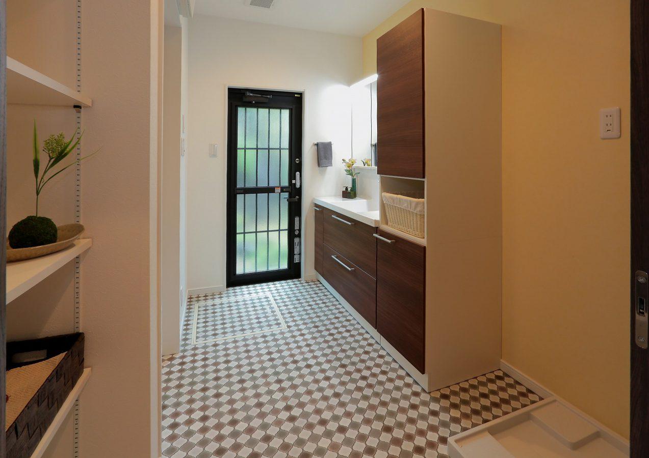 広々とした洗面スペースは遊び心のある床材がアクセントです