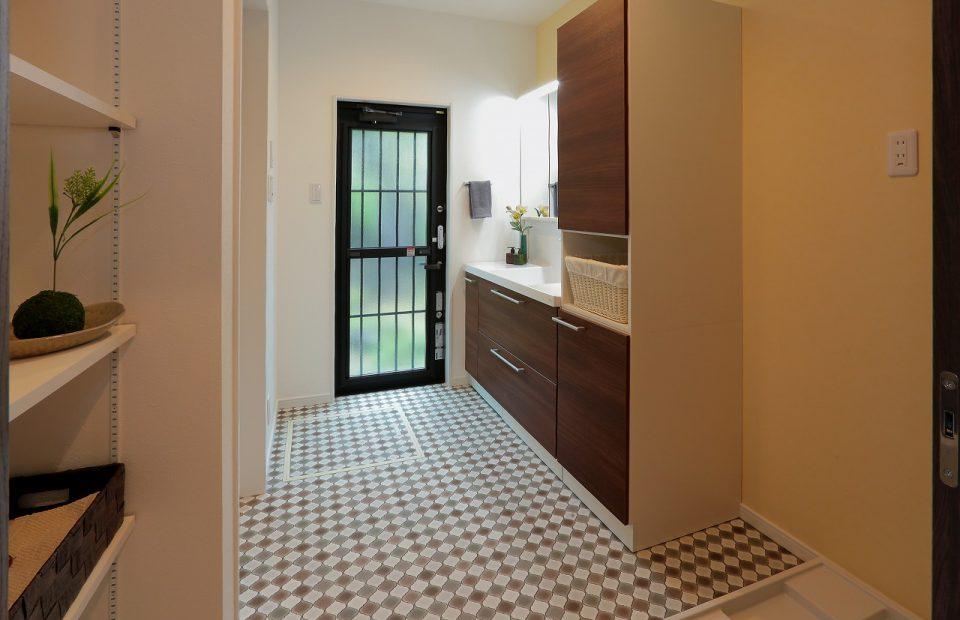 遊び心のある床材を使った広い洗面所。