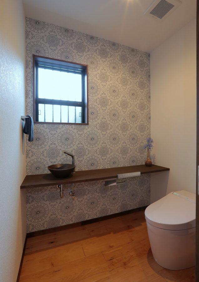 モダンな印象のトイレ。造作の洗面ボウルがキリッとした空間を演出しています