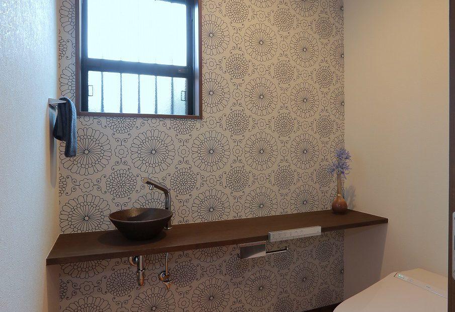 モダンなトイレ。造作の洗面ボウルがキリッとした空間を引き立てます。