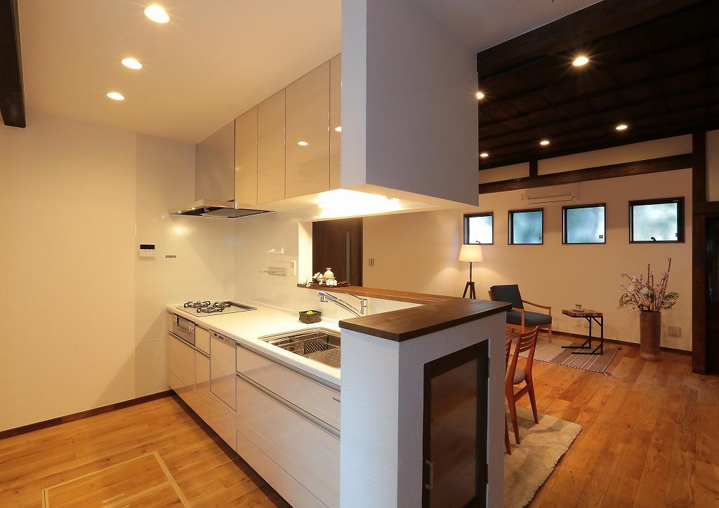 リビングを見渡すキッチンの袖壁には扉の付いた収納を設置。たまには優雅にティータイムを、、なんて時も準備に大活躍!