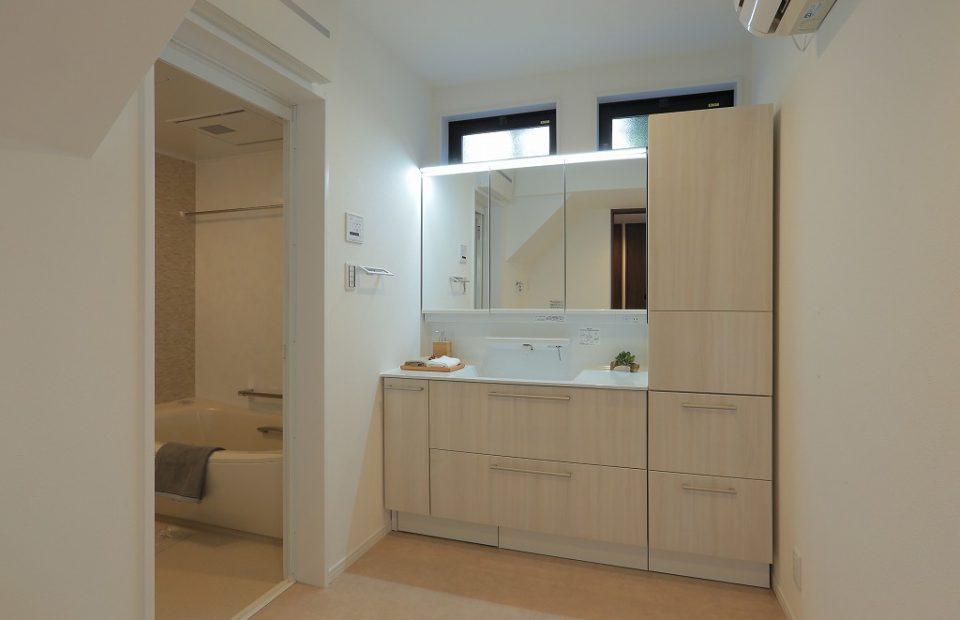 贅沢にエアコンを完備した広々洗面室。冬場の寒い時期でもゆっくりお風呂の準備ができます