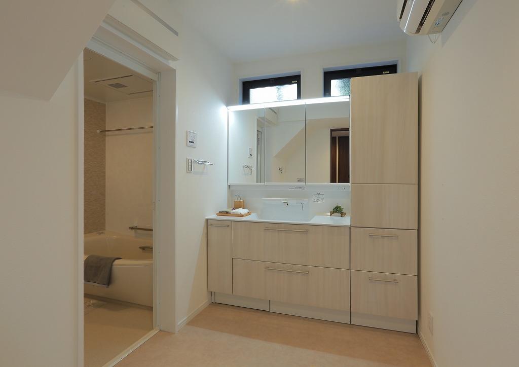 贅沢にエアコンを完備した広々洗面室。冬場の寒い時期でもゆっくりお風呂の支度ができます