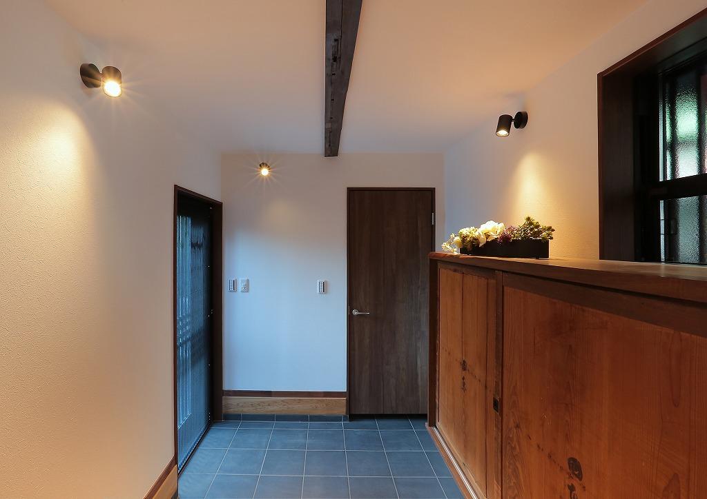 広々とした玄関。玄関収納の扉は物入の扉を再利用。昔の面影が覗きます