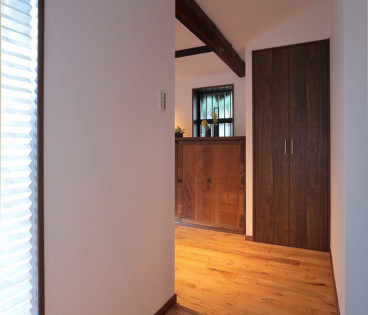 廊下の隙間もあますところなく収納に利用。実際の暮らしを考えた工夫です
