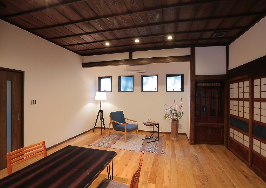 4つのスクエアな窓が印象的なリビング。右側には仏壇も収納されています