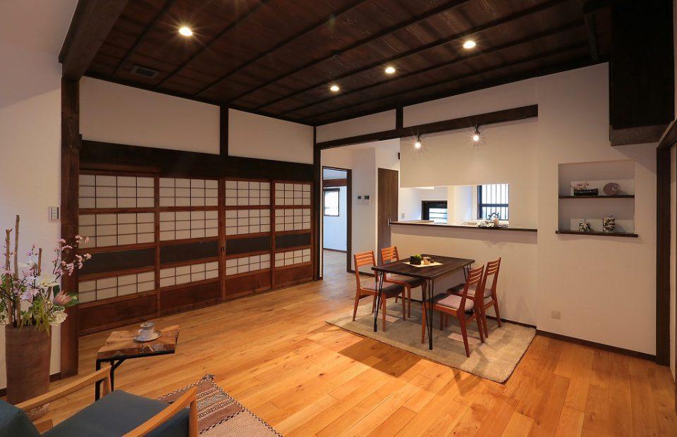 対面キッチンで広く使えるリビングに。天井は昔のままを残し、格式高い空間に作り上げました