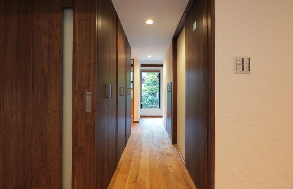 長い廊下には、たくさんの収納スペースを。天井の高さまで仕舞うことができる大容量の空間です