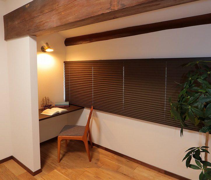 落ち着いた雰囲気を演出した書斎コーナー。少し天井が下がっていることでより集中できる空間になりました