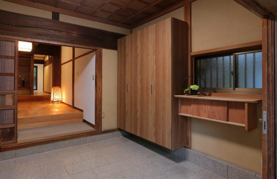 数十年前に改修された玄関はそのまま再利用し、新たに下駄箱と飾り棚を造作