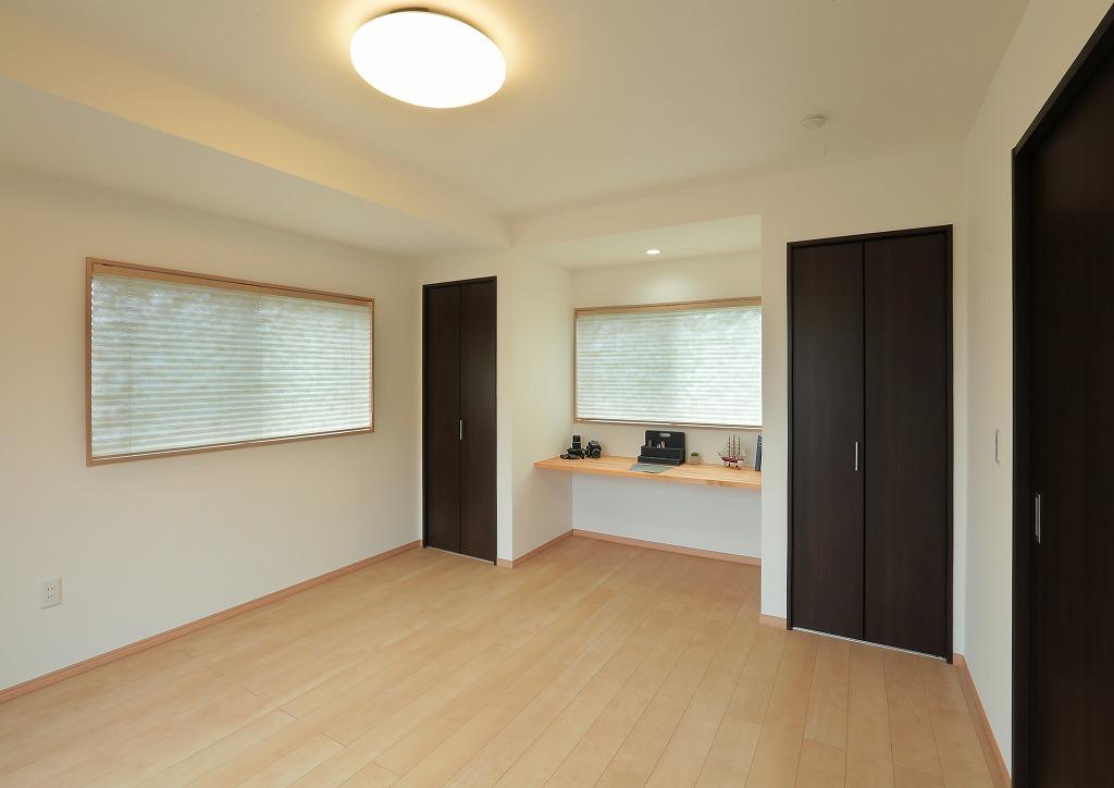 以前はキッチンダイニングとして使用していたお部屋は、カウンターとクローゼットを取り付けて洋室へ。