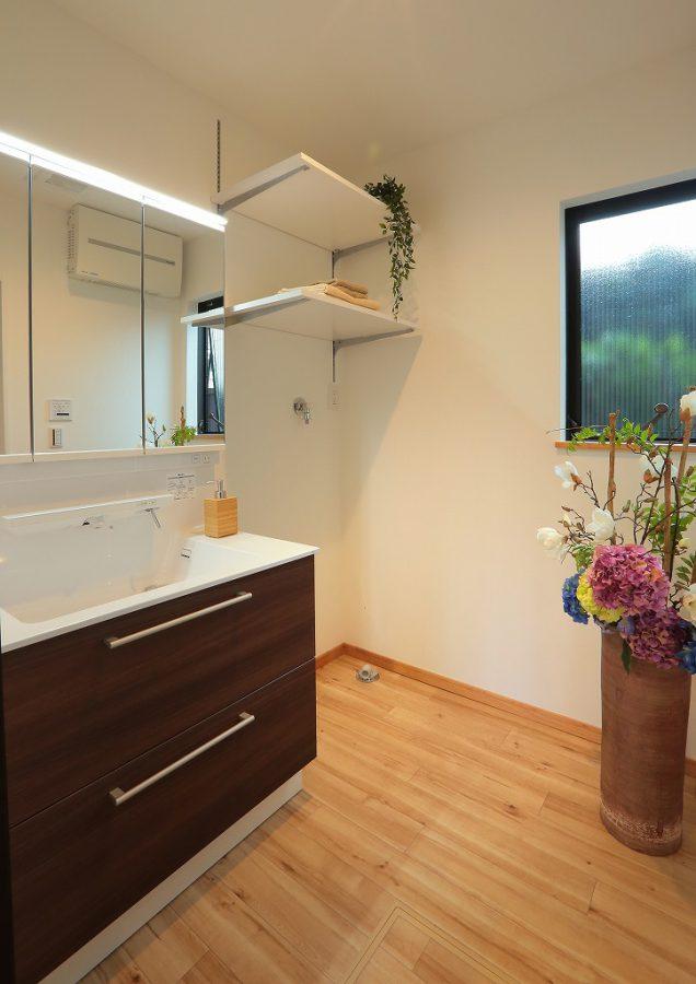 最新設備を取り入れた洗面室。これまでお困りだった収納スペースを洗濯機上に棚を作ることで確保。