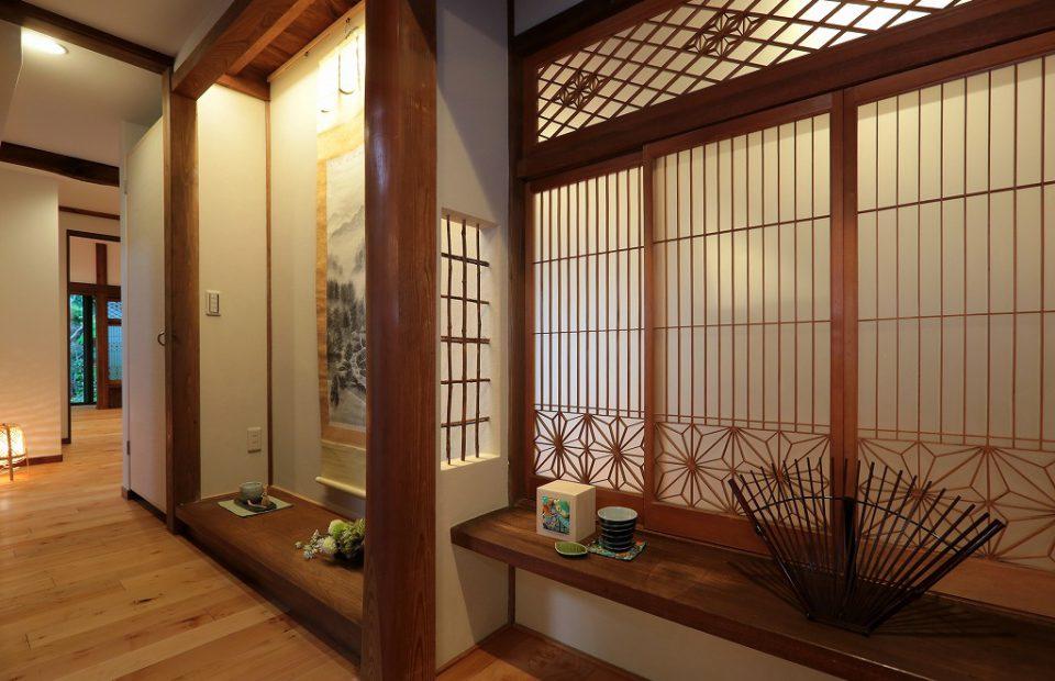 以前は和室の奥の目立たない場所にあった立派床の間と書院格子。 本格的で歴史ある部材は再利用し、間接照明を取り入れ象徴的な空間に。