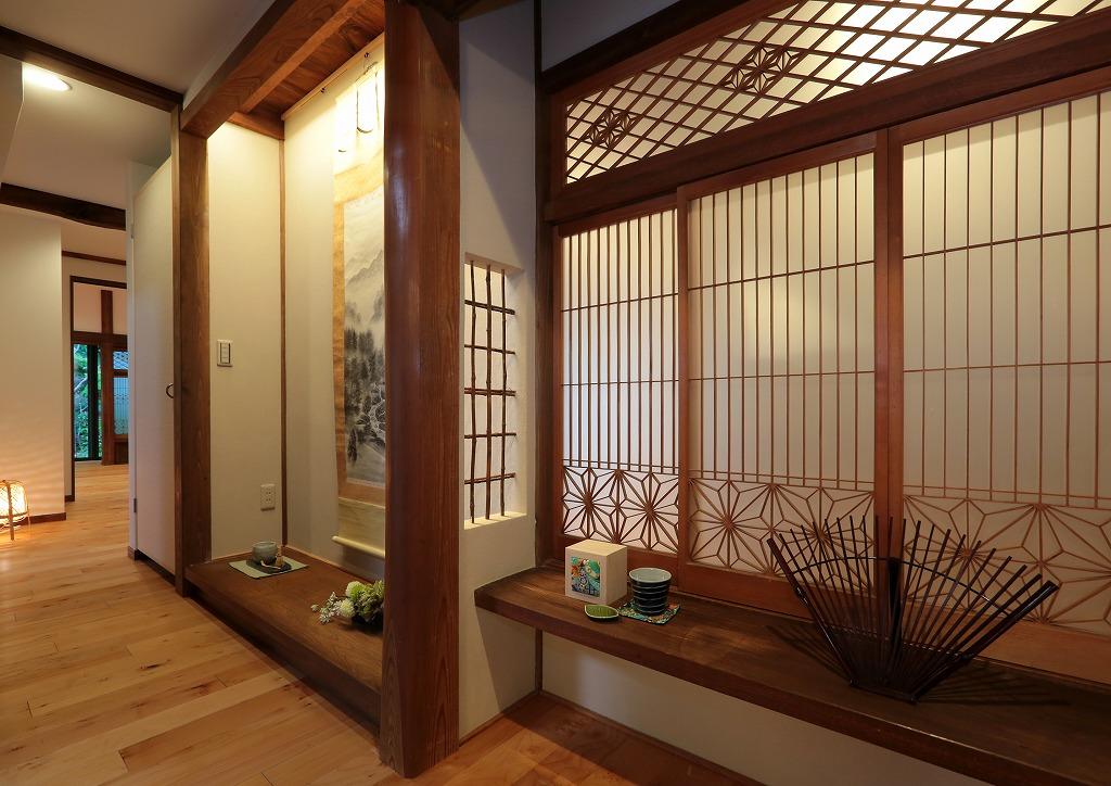 以前は和室の奥の目立たない場所にあった立派な床の間と書院格子。 本格的で歴史ある部材は再利用し、間接照明を取り入れ象徴的な空間に。