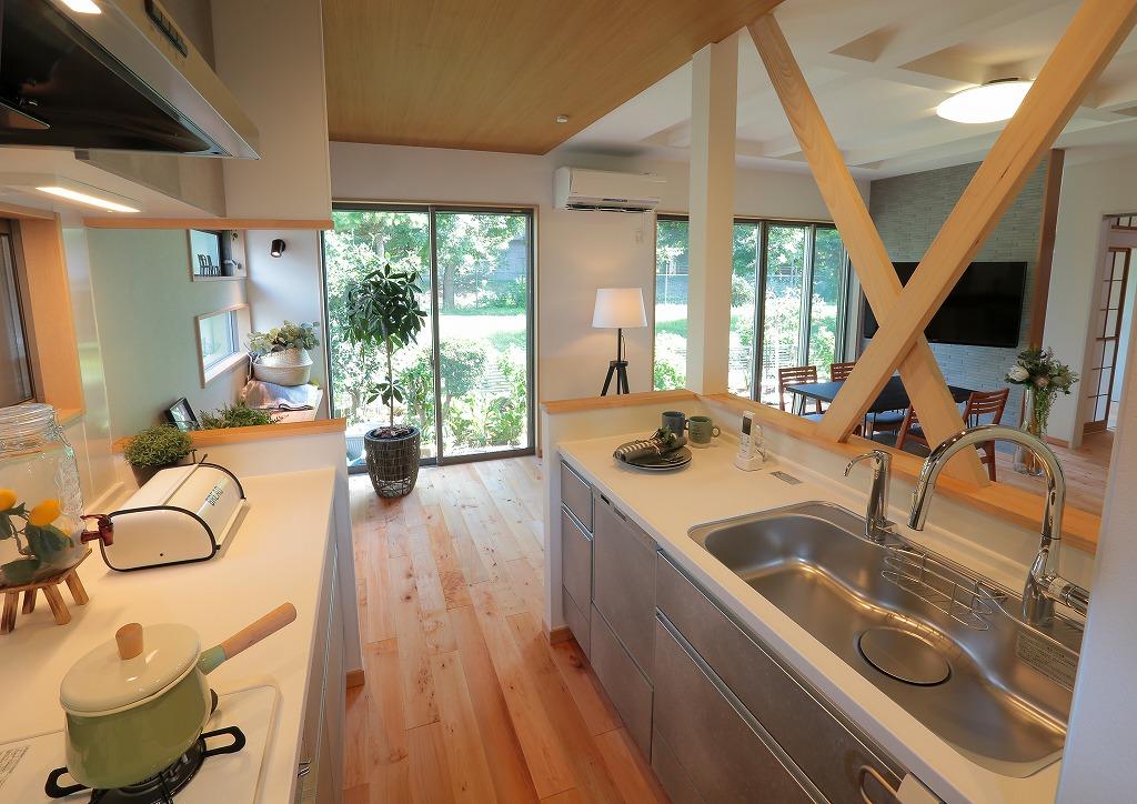 背面にコンロと作業台を備えた対面キッチン。2人で立ってもそれぞれ作業がしやすく、多世帯に便利な配置です