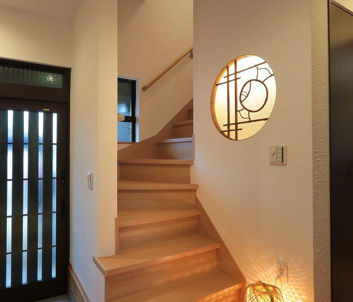 丸障子は間接照明を取り入れ再利用。玄関からお出迎え。