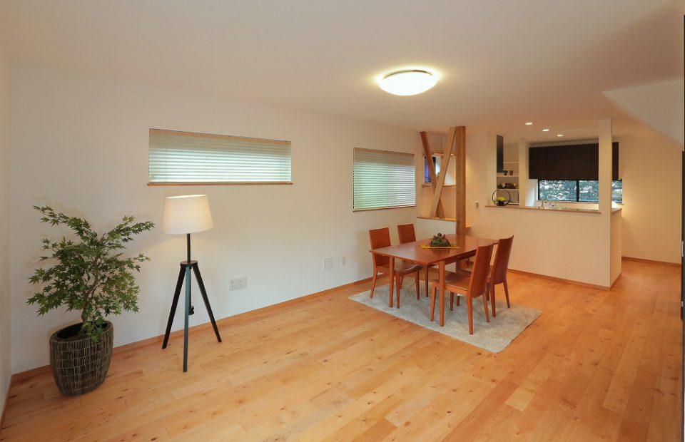 清潔感のあるLDKはシンプルで家具の配置のしやすさを重視。漆喰の壁と無垢の床で気持ち良く寛げる空間です。
