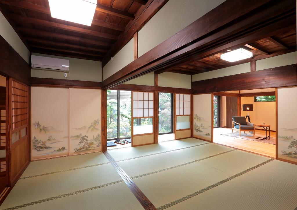 既存の和室は畳を入れ替え、襖を新調。 天井や木の建具は昔のままを残し、代々受け継いだ歴史を感じる空間です。