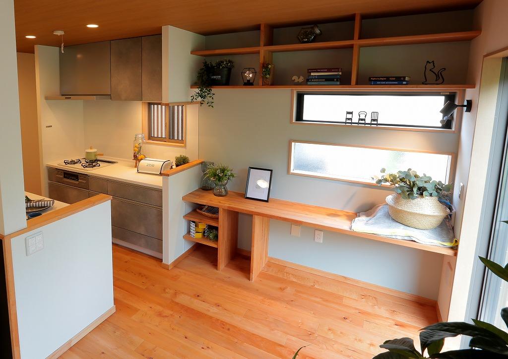 キッチン横のカウンターはお子様の宿題やワークスペースなど多様な使い方ができます