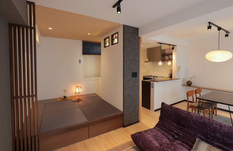 小上がり和室は寝室としての機能も果たし、畳下も収納可能。 畳の色合いや、ステンドグラスなどこだわりポイント多々