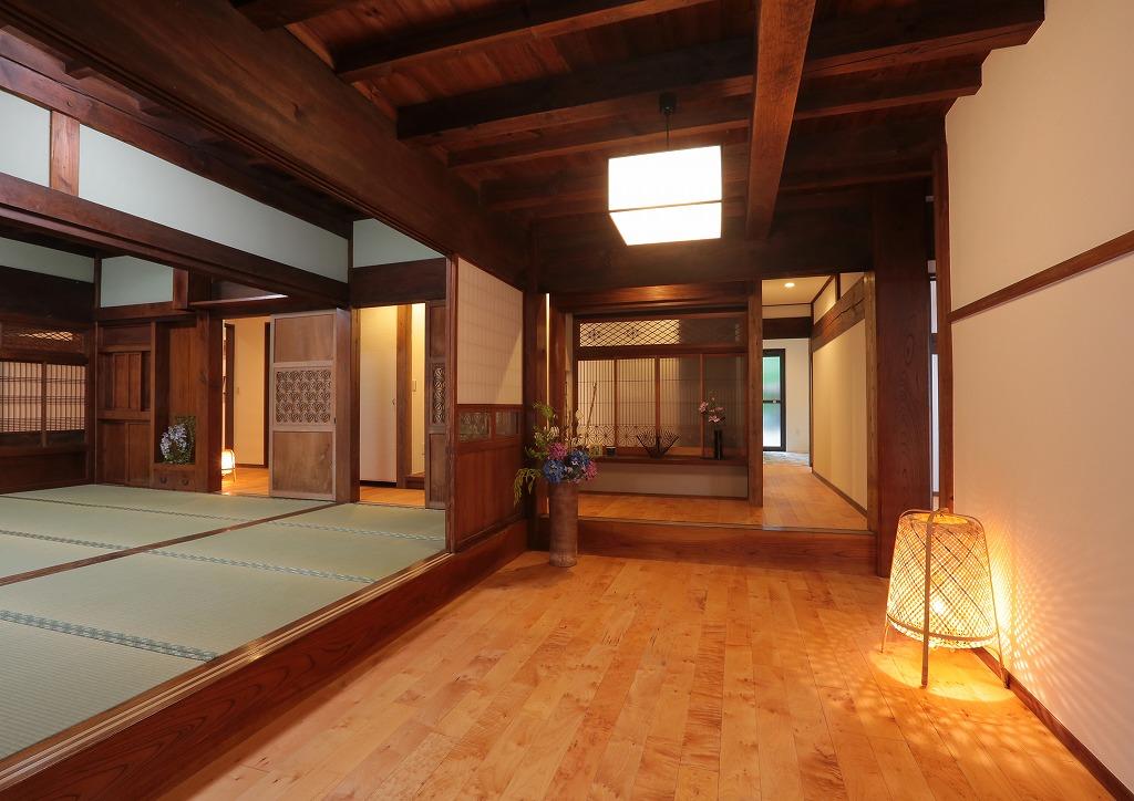 床の間と書院格子を玄関ホール先の廊下に移設。 足を踏み入れるとまるで高級旅館のような雰囲気に包まれます。
