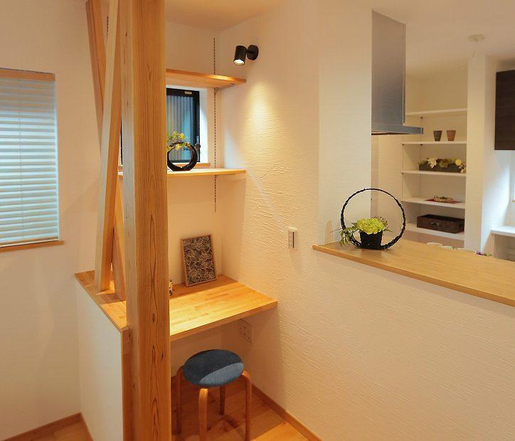 構造上取り払えなかった壁にはカウンターを設けてスタディーコーナーに。書斎、勉強スペースなど多様な使い方ができます。