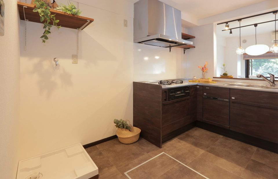 家事効率を重視し洗濯機をキッチンスペースへ移動。出入口を2箇所設けたことで2人立っても十分な空間を確保