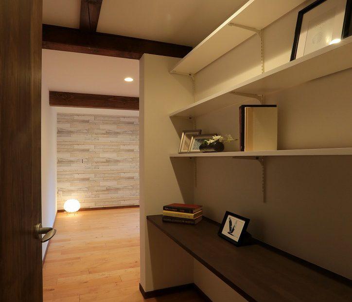 デッドスペースになりがちな場所にはカウンターを設置。書斎としての機能を果たします。