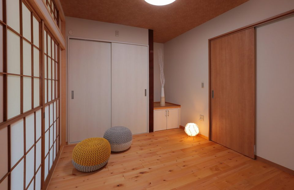 床を張替え、和室から洋室へ。夜は引戸を閉めて寝室として使用できます