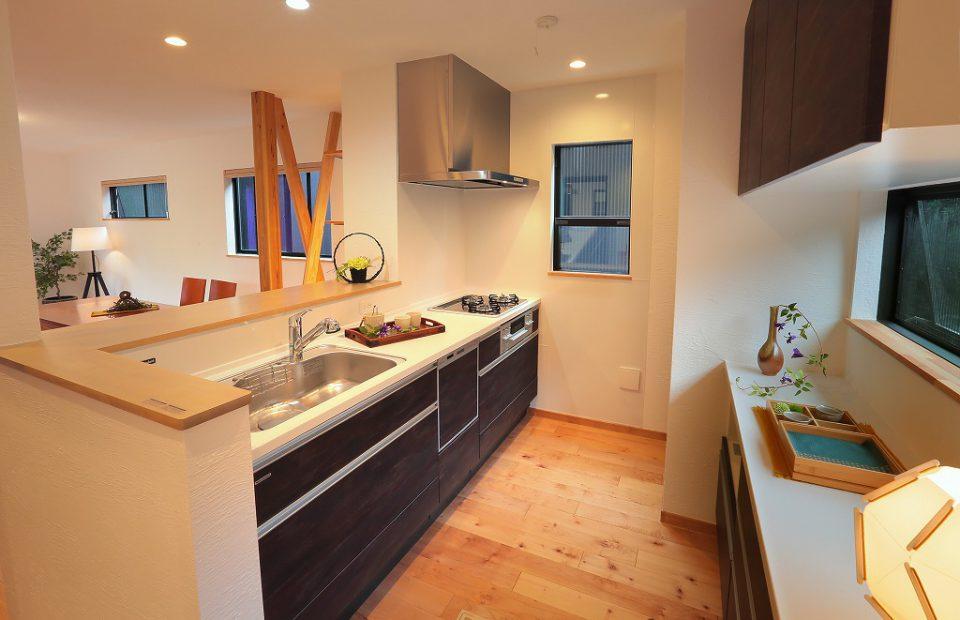 リビングを見渡す対面キッチンには、家電が置けて作業台にもなる背面カウンターを設けました。時短家事のための配置です。