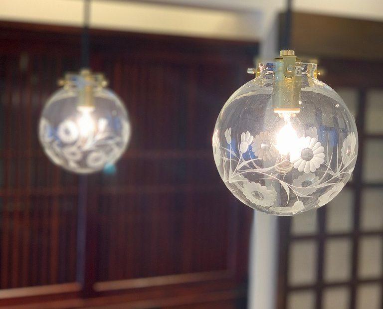 お料理の手元を照らすライトは、江戸切子のガラスシェード