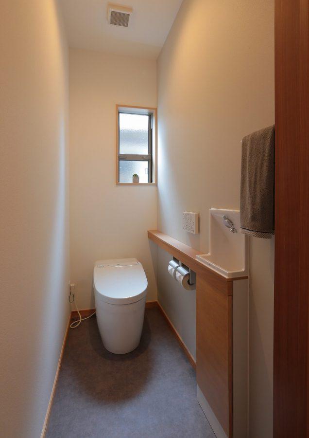 タンクレスですっきりとした印象のトイレ。来客時にも便利な手洗い器も設置しました