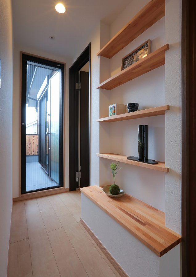 デッドスペースも棚を作ることによって有効活用。本や趣味の小物を飾るコーナーに大変身。